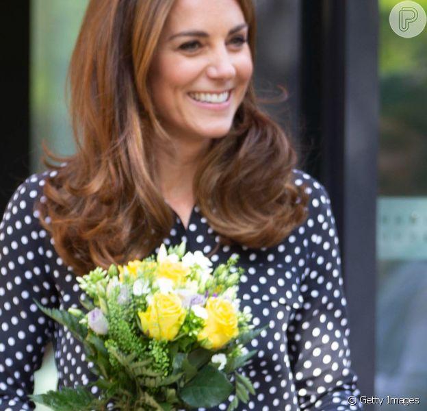 Kate Middleton repetiu blusa de poá em vídeo de conta real no Instagram. Confira mais detalhes!