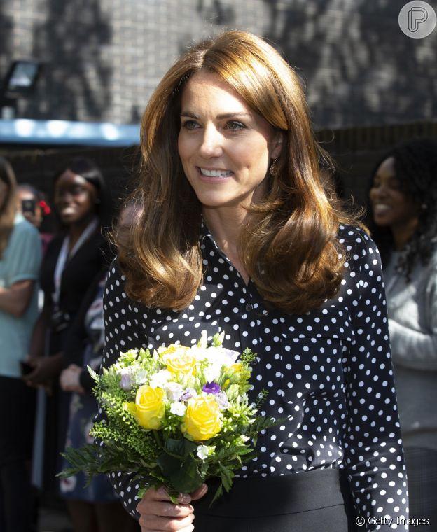 Kate Middleton usou blusa de poá em 2019 e a repetiu em vídeo em novembro de 2020