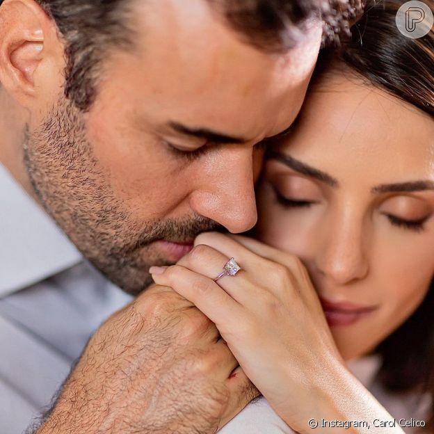 Carol Celico é surpreendida com pedido de casamento
