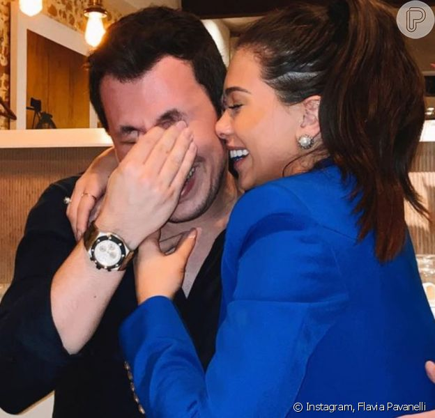 Flavia Pavanelli exibe foto de noivado e rebate críticas na web