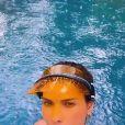 Andressa Suita toma banho de chuva de biquíni em piscina