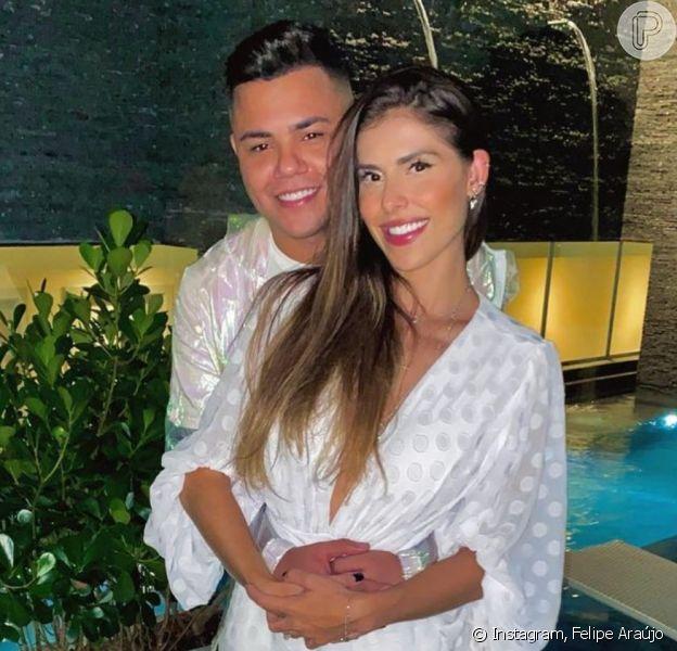 Felipe Araújo comemorou um ano de namoro com a modelo Estella Defant