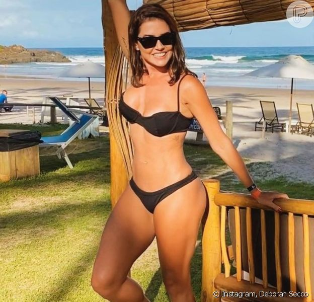 Deborah Secco renova o bronze de biquíni em viagem