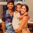 Deborah Secco viajou com o marido e a filha para a Bahia