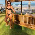 Deborah Secco  posa de biquíni enquanto toma sol em frente ao mar