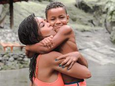 Filho de Carol Nakamura exibe barriga definida em foto e atriz explica: 'Não é Photoshop'