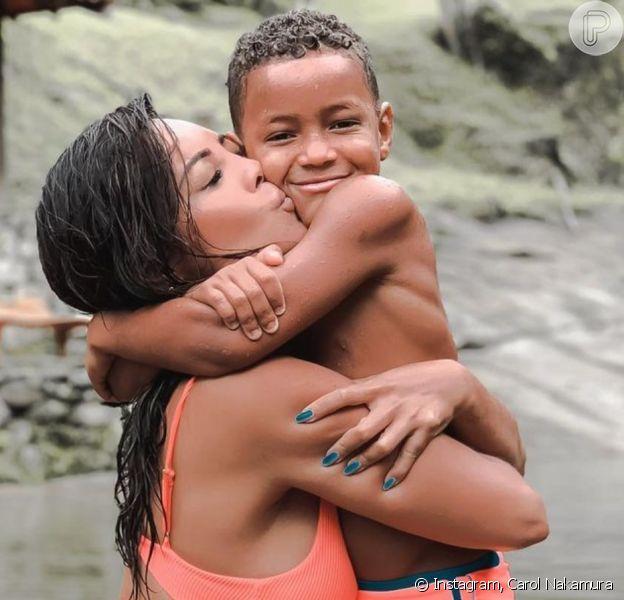 Carol Nakamura falou sobre a barriga definida do filho Wallace em foto