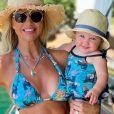 Ana Paula Siebert combinou seu look moda praia com a filha, Vicky
