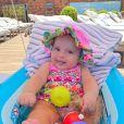Filha de 4 meses de Kaká e Carol Dias, Esther é cheia de acessórios estilosos