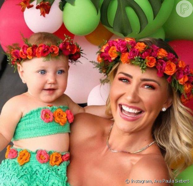 Ana Paula Siebert e a filha, Vicky, combinaram look em festa de 9 meses da menina, caçula de Roberto Justus