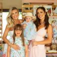 Ana Paula Siebert posa com a filha, Vicky, e as enteadas Rafaella e Luiza
