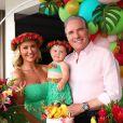 Ana Paula Siebert e a filha, Vicky, usaram looks de havaiana em festa de 9 meses da menina, caçula de Roberto Justus