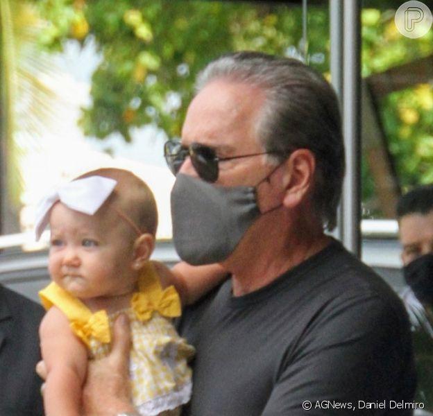 Roberto Justus deu colo para a filha caçula, Vicky, de 9 meses, ao deixar hotel do Rio de Janeiro em 19 de fevereiro de 2021