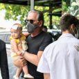 Filha de Roberto Justus e Ana Paula Siebert, Vicky não dispensou o laço na cabeça ao deixar o Rio de Janeiro