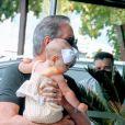 Filha de Roberto Justus e Ana Paula Siebert, Vicky esbanjou fofura no colo do pai
