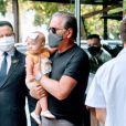 Filha de Roberto Justus roubou a cena ao deixar hotel do Rio nos braços do pai