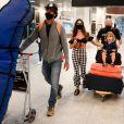 Marido de Isis Valverde desembarcou levando as pranchas, atriz ficou perto do filho do casal