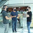 Tiago Leifert, Boninho e Rodrigo Dourado ficaram conversando no shopping