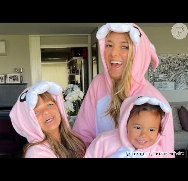 Ticiane Pinheiro combinou fantasia de coelho com as filhas em Domingo de Páscoa
