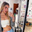 Jéssica Costa exibe look com calça de alfaiataria em na cor azul claro da Renner, cropped da marca Cléa Store, à venda por R$ 159,00, e cardigã Rubinella