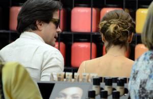 Débora Falabella recebe ajuda de Murilo Benício para comprar maguiagem em loja