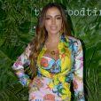 Anitta compôs look com camisa de sarja de seda Versace, avaliada em R$ 8.050