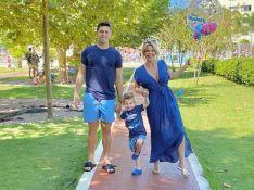 Karina Bacchi e Amaury Nunes passeiam com filho, Enrico, após anúncio de crise. Foto!