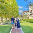 Karina Bacchi mostrou passeio com o filho e o marido à parque infantil neste sábado (1)