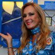 Helô Pinheiro, aos 75 anos, brincou em foto ao posar junto a um  Landau