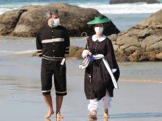 Nada de biquíni! Mari Ximenes e Bruna Griphao usam look de época em gravação à beira-mar