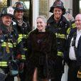 A estrela Sharon Stone fotografou ao lado de um grupo de bombeiros, em novembro de 2012