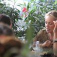 Sem o namorado, Sharon foi ao restaurante com uma amiga, no Leblon