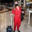 Ingrid Guimarães usa macacão vermelho em viagem de avião