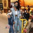 Scheila Carvalho combinou jeans com top e tênis em look no aeroporto
