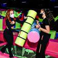 Larissa Manoela também brincou com os cotonetes de parque de diversões