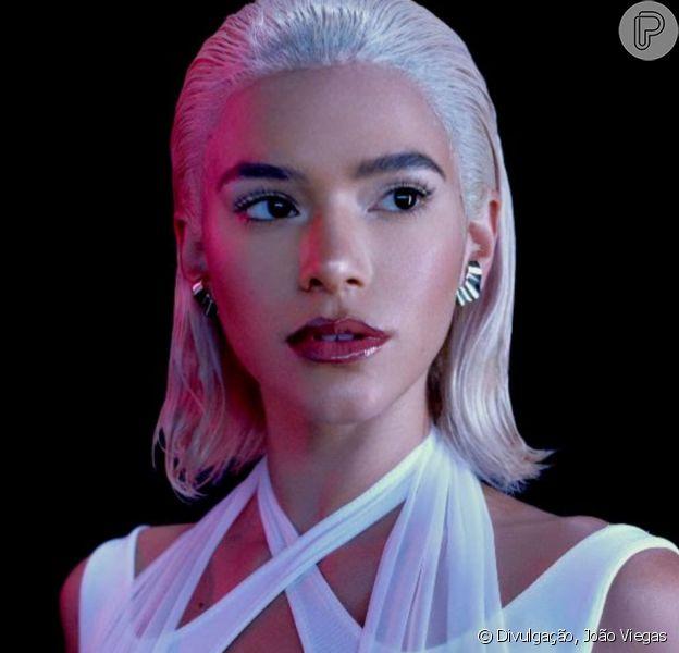 Bruna Marquezine fica loira platinada em novo projeto. 'Diferentes versões', conta atriz