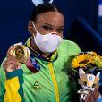 Rebeca Andrade posa com a medalha de ouro no salto na ginástica artística feminina na Olimpíada de Tóquio; atleta ganhou ainda a prata no individual geral