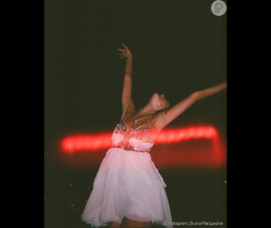Bruna Marquezine sempre prefere postar cliques reais, com imagens borradas ou com luz em excesso