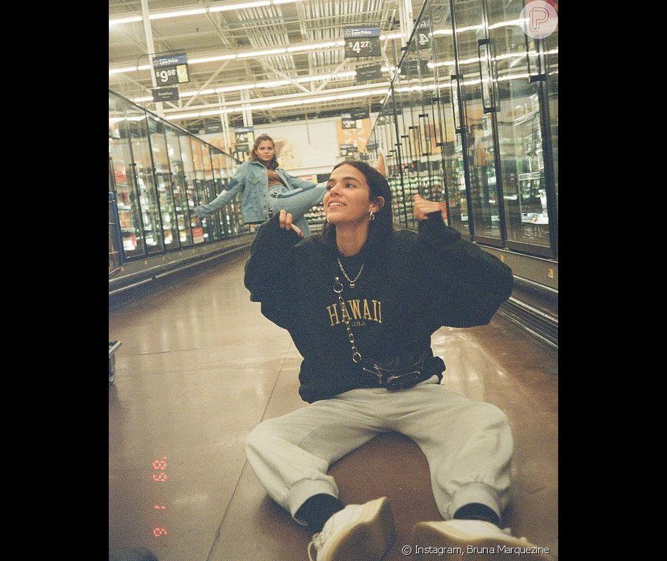 Bruna Marquezine apareceu ao lado da irmã sentada no chão do supermercado