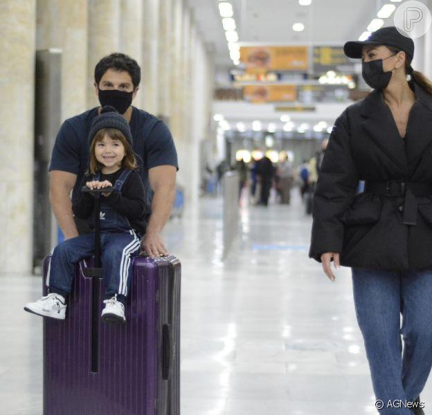 Sabrina Sato desembarcou no aeroporto do Rio de Janeiro com a família. Apresentadora foi acompanhada pelo marido, Duda Nagle e a filha, Zoe, de 2 anos em viagem a trabalho