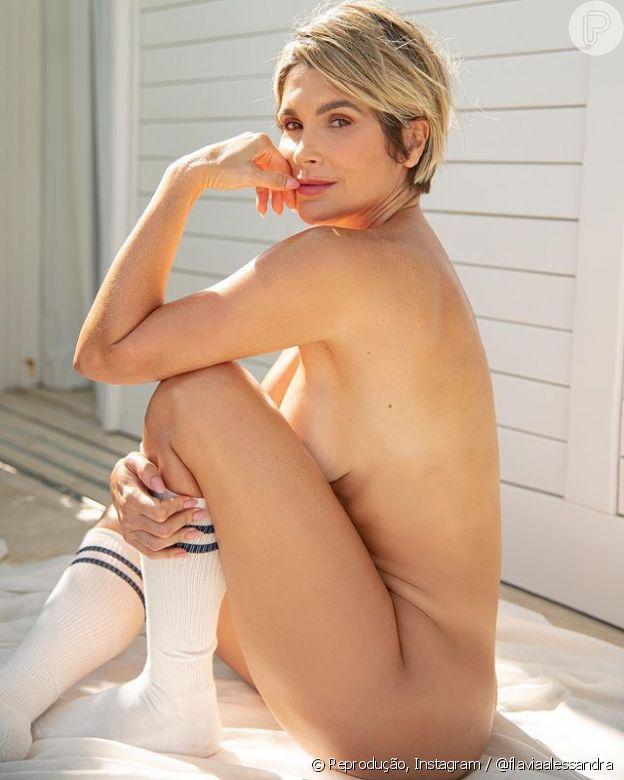 Flávia Alessandra posta foto nua nas redes sociais e internautas elogiam: 'Deusa'