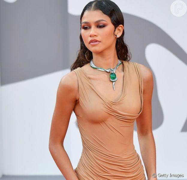 Zendaya brilha com vestido Balmain de couro e joia com serpente de esmeralda