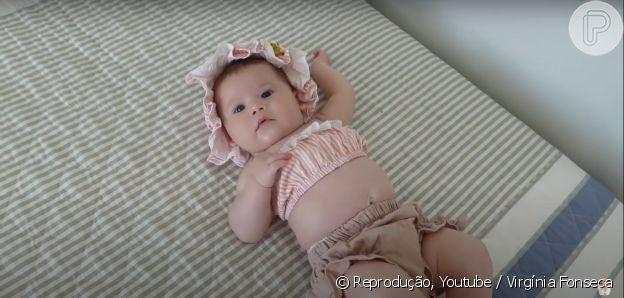 Virgínia colocou um biquíni com babados em Maria Alice para levá-la à praia pela primeira vez