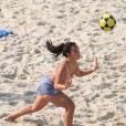 Larissa Manoela fez treino de futvôlei em praia