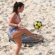 Larissa Manoela se divertiu em praia do Rio de Janeiro