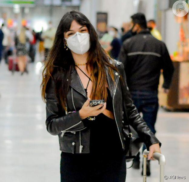 Isis Valverde foi fotografada cheia de estilo ao desembarcar no Rio de Janeiro