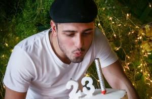 Daniel Rocha, de 'Império', comemora aniversário com festa e brinca: '23 + 1'