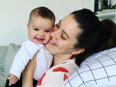 Nathalia Dill leva filha à praia e mostra corpo real em fotos de maiô: 'Coxinhas pós-gravidez'