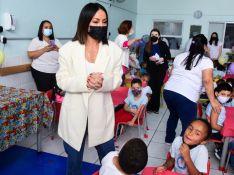 Sabrina Sato usa jeans reto, blazer oversized e tênis esportivo em Dia das Crianças beneficente