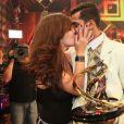 Marcello Melo Jr. recebe o carinho da namorada, Caroline Alves, após vencer o 'Dança'